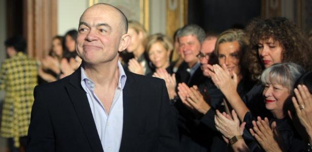 O estilista Christian Lacroix ao fim de seu desfile de alta-costura em Paris, em 2009 - Pierre Verdy/AFP