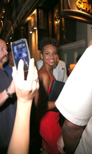 """13.set.2013 - A atriz Kate Hudson jantou em um restaurante em Santa Teresa e em seguida foi para a o Bar """"Carioca da Gema"""", onde encontrou com a cantora Alicia Keys e seu marido. Simpática, Alicia posou e sorriu para fotos dos fãs"""