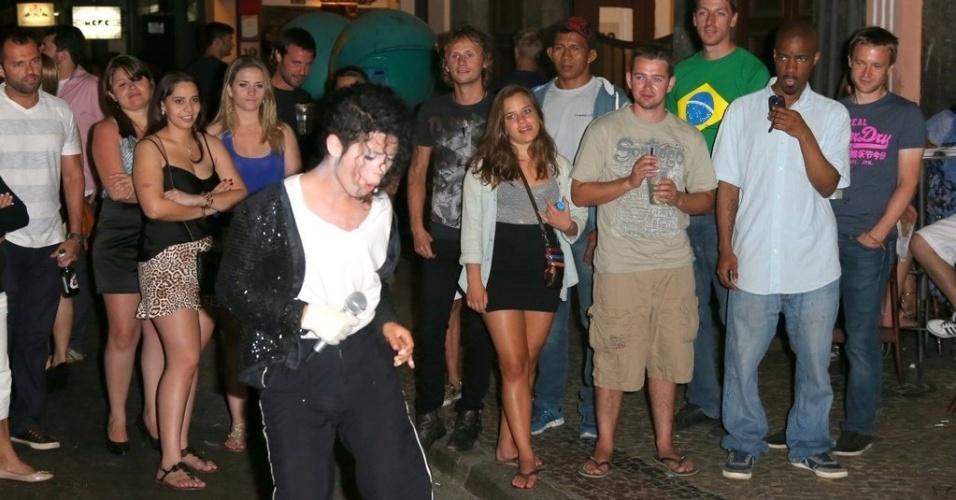 """13.set.2013 - Baterista da banda Muse, Dominic Howard, acompanha apresentação do cover de Michael Jackson nas ruas do bairro na Lapa, no Rio. Ele e a mulher estiveram no bar """"Carioca da Gema"""", onde encontraram com a cantora Alicia Keys e seu marido. A banda Muse toca no Rock In Rio neste sábado (14)"""