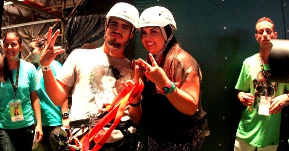 """13.set.2013 - Caio Castro e Fabiana Karla, que atuam juntos em """"Amor à Vida"""", curtem uma das atrações da Cidade do Rock, a tirolesa"""