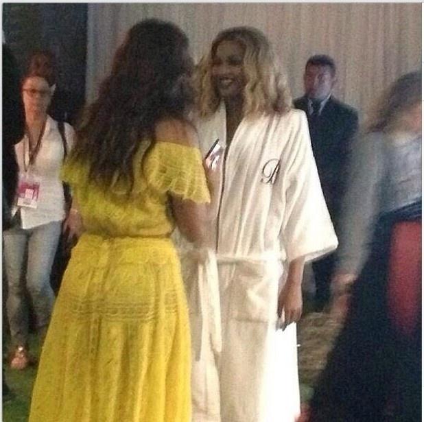 13.set.2013 - Encontro de divas. Ivete Sangalo conversa com Beyoncé nos bastidores do Palco Mundo, no Rock in Rio