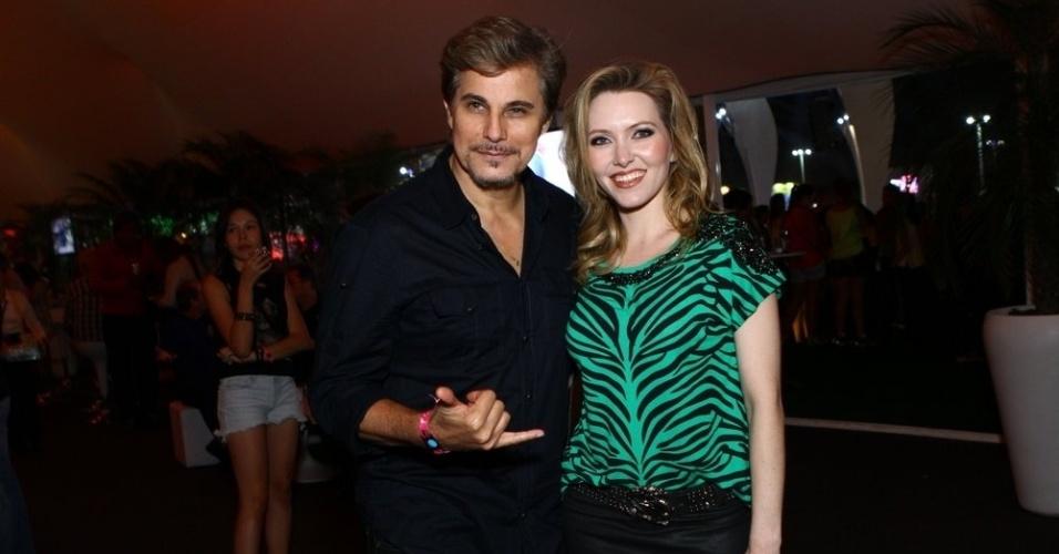 13.set.2013 - O ator Edson Celulari e a namorada, a atriz Karin Roepke, vão à primeira noite de shows