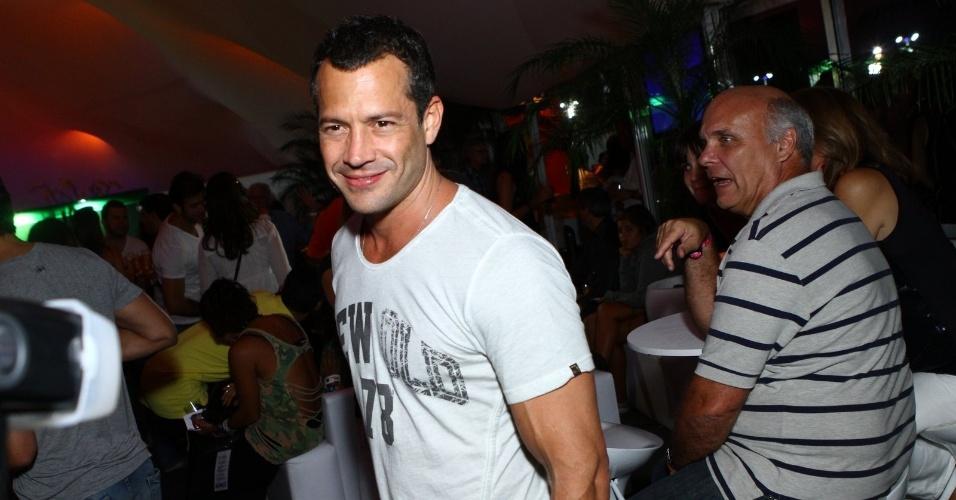 13.set.2013 - Solteiro, o ator Malvino Salvador circula sozinho em camarote VIP. Ele terminou recentemente o namoro de três anos que tinha com a atriz Sophie Charlotte