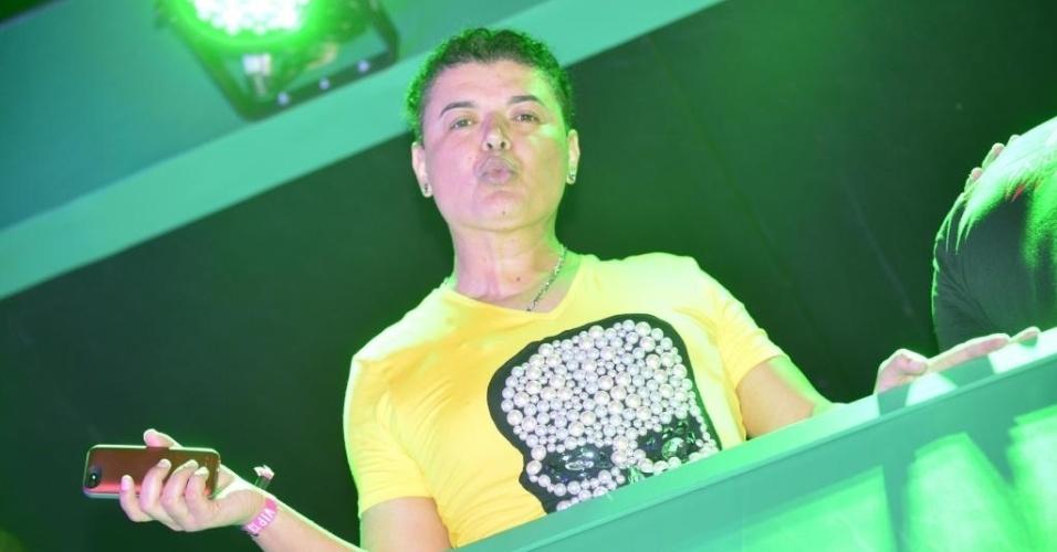 13.set.2013 - O promoter David Brazil manda beijinhos ao fotógrafo
