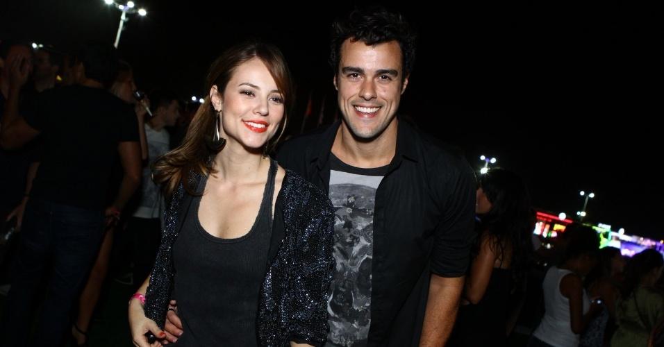 """13.set.2013 - Paolla Oliveira, que está em """"Amor À Vida"""", e seu marido, Joaquim Lopes, que está na novela """"Sangue Bom"""", conseguem um tempo das gravações para curtir o festival"""