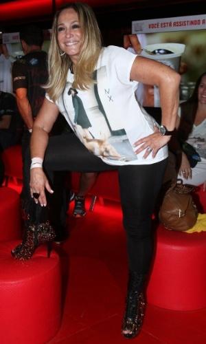 13.set.2013 - Susana Vieira mostra destalhe de sua bota, em camarote do Rock in Rio