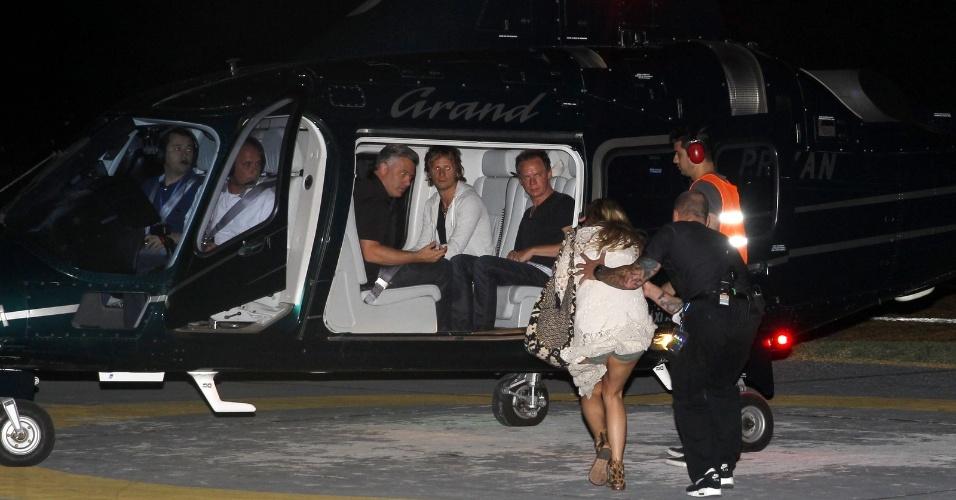 14.set.2013 - A atriz Kate Hudson embarca com o marido, Matthew Bellamy, do Muse, no heliponto da Lagoa Rodrigo de Freitas rumo à Cidade do Rock