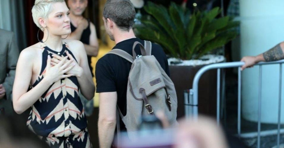 """14.set.2013 - Acompanhada de um integrante de sua banda, Jessie J canta a música """"Do It Like a Dude"""" para os fãs que aguardavam na saída do hotel Fasano, em Ipanema"""