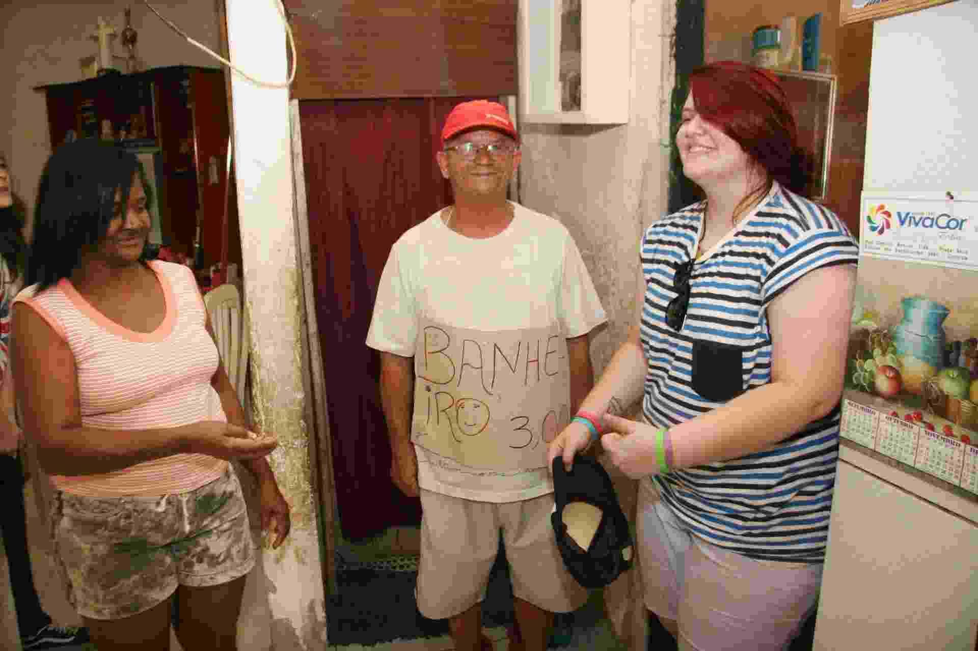 14.set.2013 - Amanda Marchi deixa o banheiro que é alugado pelo jardineiro Jorge Carlos de Azevedo, que cobra R$ 3 - Zulmair Rocha/UOL