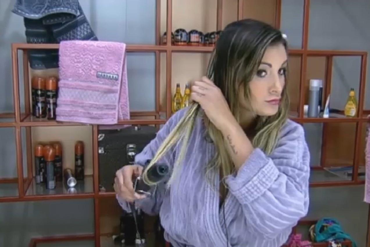 14.set.2013 - Andressa Urach arrumando o cabelo