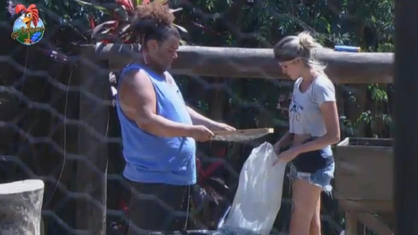 14.set.2013 - Bárbara Evans e Gominho peneiram a terra e separam as minhocas
