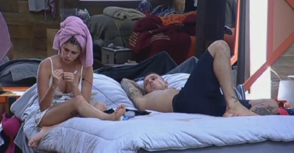 14.set.2013 - Bárbara Evans e Mateus Verdelho conversam no quarto na tarde deste sábado