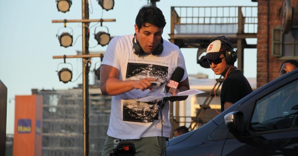 14.set.2013 - Bruno de Luca trabalha para o Multishow durante o segundo dia do evento