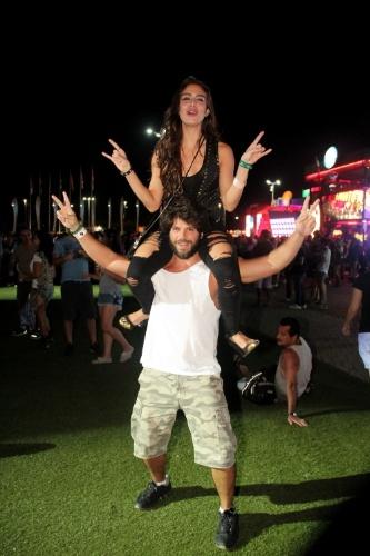 14.set.2013 - Com a namorada, Duda Nagle curte os shows do Rock in Rio no meio da galera