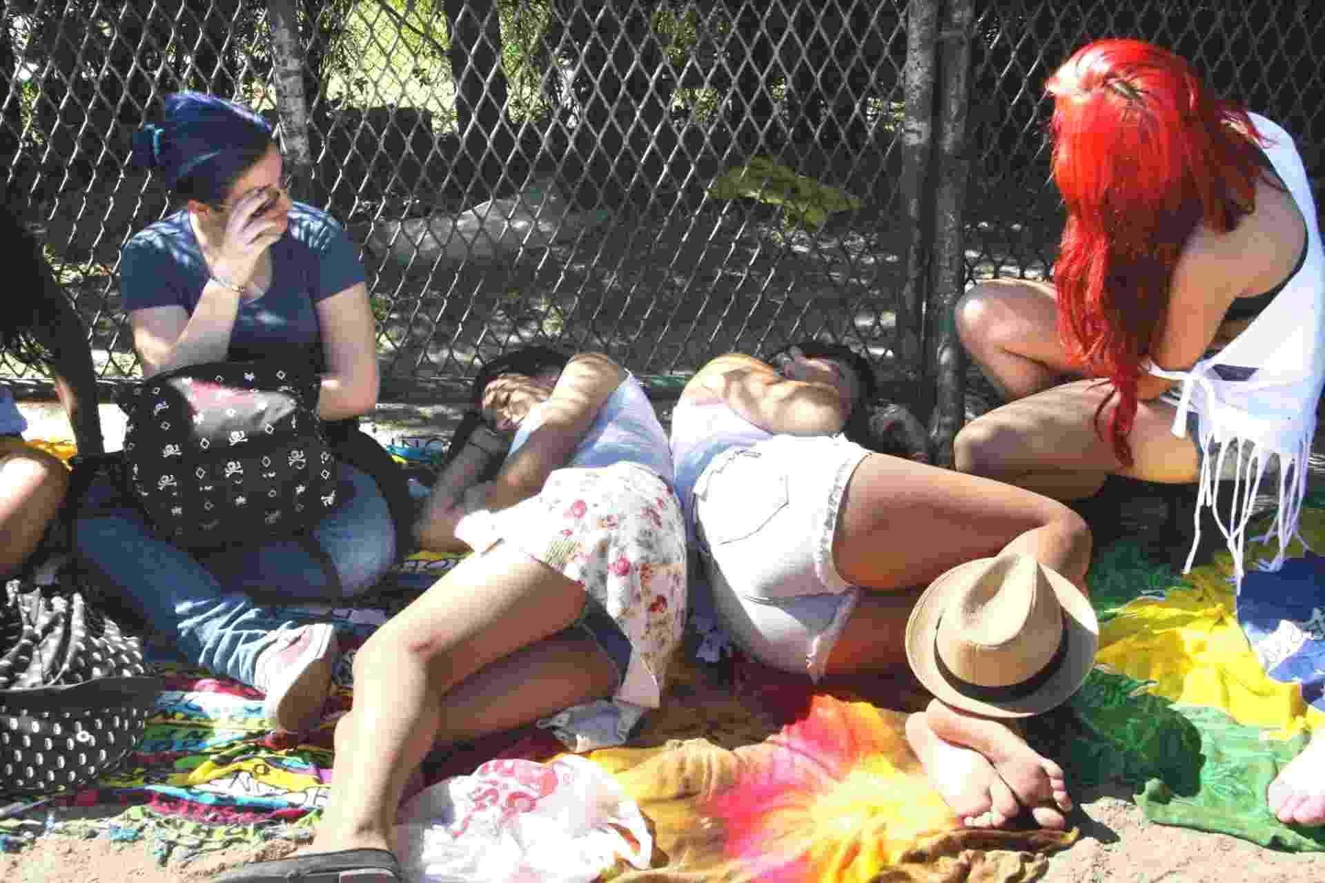 14.set.2013 - Fãs descansam enquanto aguardam as aberturas dos portões no segundo dia do Rock in Rio às 14h - Zulmair Rocha/UOL