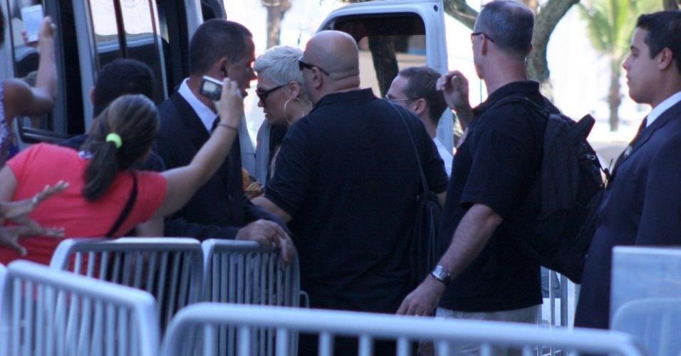 14.set.2013 - Jessie J sai do Hotel Fasano em Ipanema. Cantora, que se apresenta no domingo (15) no Rock in Rio, foi muito assediada pelos fãs