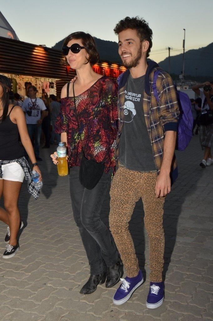 14.set.2013 - Maria Paula chega ao Rock in Rio junto com o novo namorado. Victor tem 23 anos, 19 a menos que a atriz