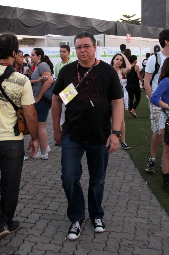 14.set.2013 - O diretor da Globo Boninho trabalha durante o festival