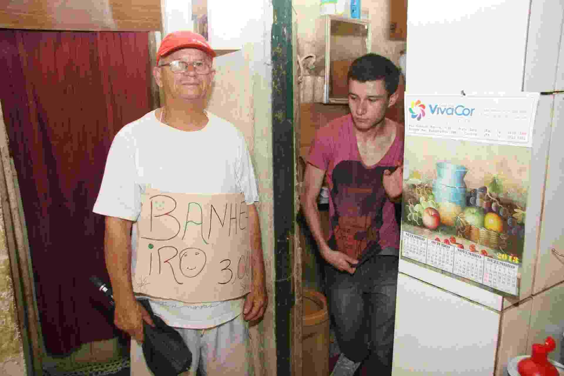 14.set.2013 - O jardineiro Jorge Carlos de Azevedo, mais conhecido como Ferrugem, cobra R$ 3 pelo uso do banheiro em sua casa, próxima à fila do portão principal do Rock in Rio. - Zulmair Rocha/UOL