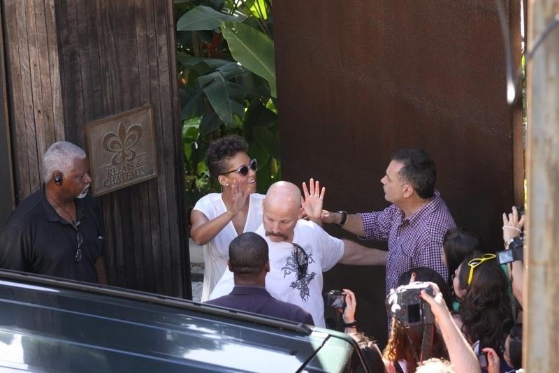 14.set.2013 - Alicia Keys acena para fãs ao sair do hotel em Santa Teresa, na tarde deste sábado, 14. A cantora se apresenta no Palco Mundo do Rock in Rio no domingo, 15