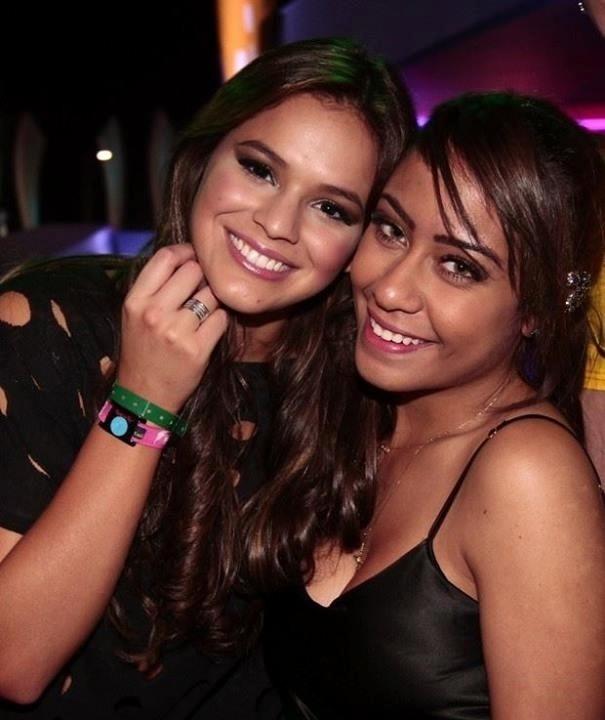 14.set.2013- Bruna Marquezine posa com a cunhada, Rafaella Beckran, irmã de Neymar, no camarote do Rock in Rio