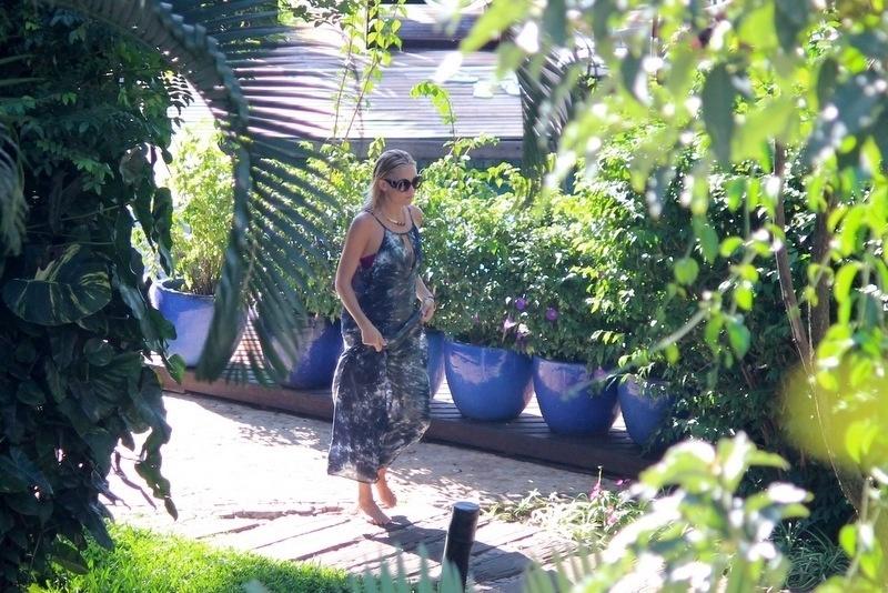 14.set.2013- De vestido longo, Kate Hudson caminha pelo jardim do hotel em Santa Teresa. A atriz está na cidade acompanhando o marido Matt Bellamy, vocalista da banda Muse, que se apresenta no Rock in Rio neste sábado, 14