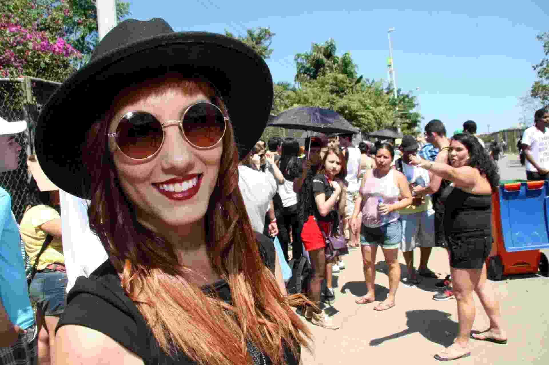 14.set.2013- Luara Oliveira, 23, fã das das bandas Florence The machine e 30 Seconds to Mars aguarda a abertura dos portões no segundo dia de Rock in Rio - Zulmair Rocha/UOL