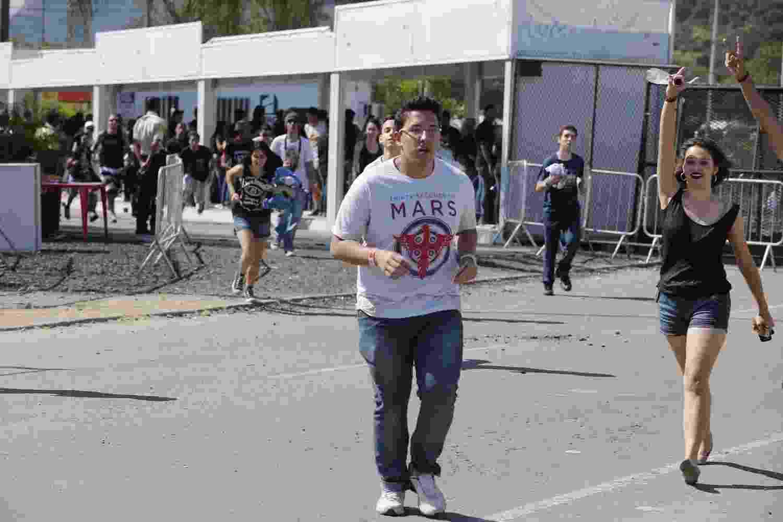 14.set.2013- Público corre após abertura dos portões da Cidade do Rock - Felipe Panfili/AgNews