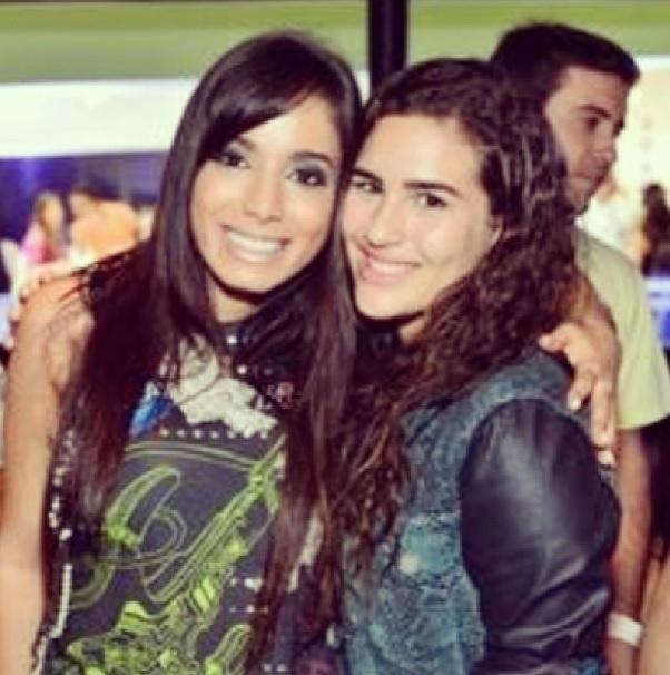 13.set.2013- Lívian Aragão, filha de Renato Aragão, aproveitou para tietar Anitta no camarote do Rock in Rio