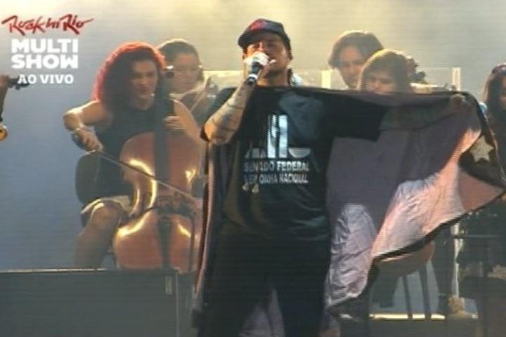 Tico Santa Cruz do Detonautas com camiseta com os dizeres