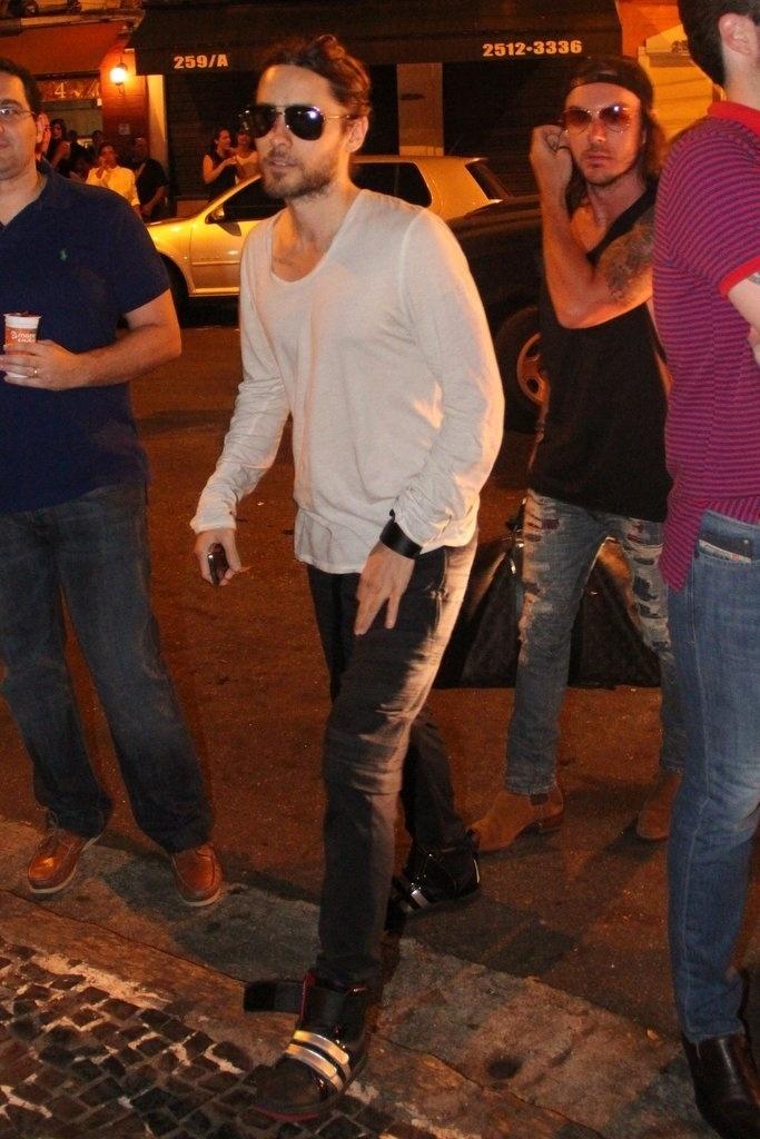 14.set.2013 - O ator e vocalista do Thirty Seconds to Mars, Jared Leto, chega a restaurante do Rio de Janeiro após show no Rock in Rio