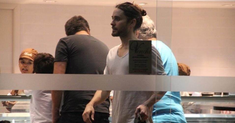14.set.2013 - O ator e vocalista do Thirty Seconds to Mars, Jared Leto, em sorveteria no Rio de Janeiro após show no Rock in Rio