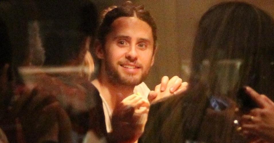 14.set.2013 - O ator e vocalista do Thirty Seconds to Mars, Jared Leto, janta em restaurante do Rio de Janeiro após show no Rock in Rio