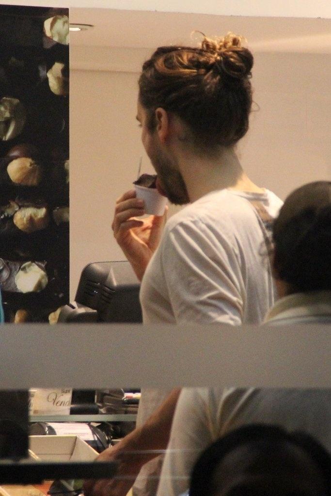 14.set.2013 - O ator e vocalista do Thirty Seconds to Mars, Jared Leto, toma sorvete no Rio de Janeiro após show no Rock in Rio