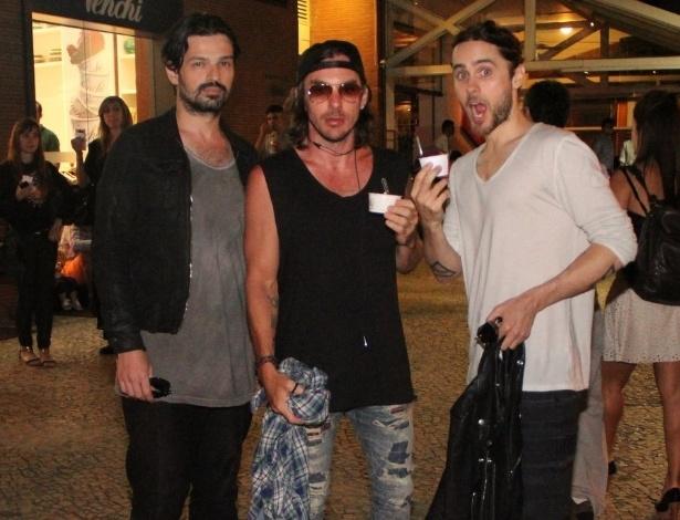 14.set.2013 - O grupo Thirty Seconds to Mars posa em frente a sorveteria após show no Rock in Rio