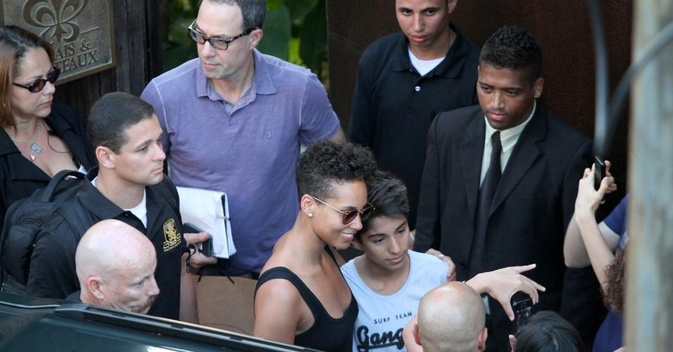 15.set.2013 - Alicia Keys atendeu fãs e mandou beijos ao deixar o hotel em Santa Teresa para a Cidade do Rock. A cantora se apresente neste domingo no Palco Mundo