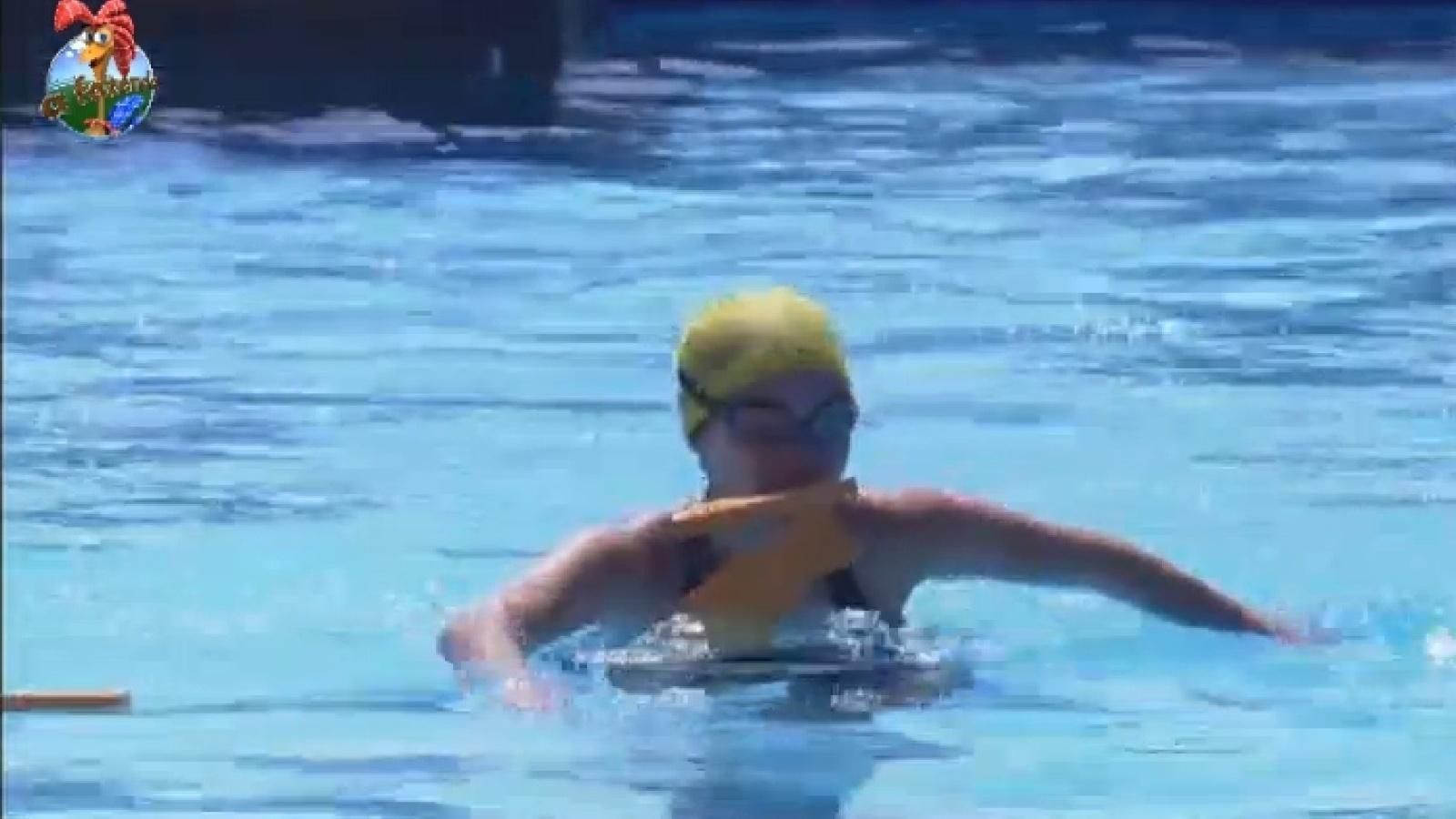 15.set.2013 - Bárbara Evans participa de atividade na piscina