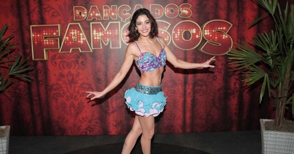 15.set.2013 - Carol Castro posa com seu figurino de samba