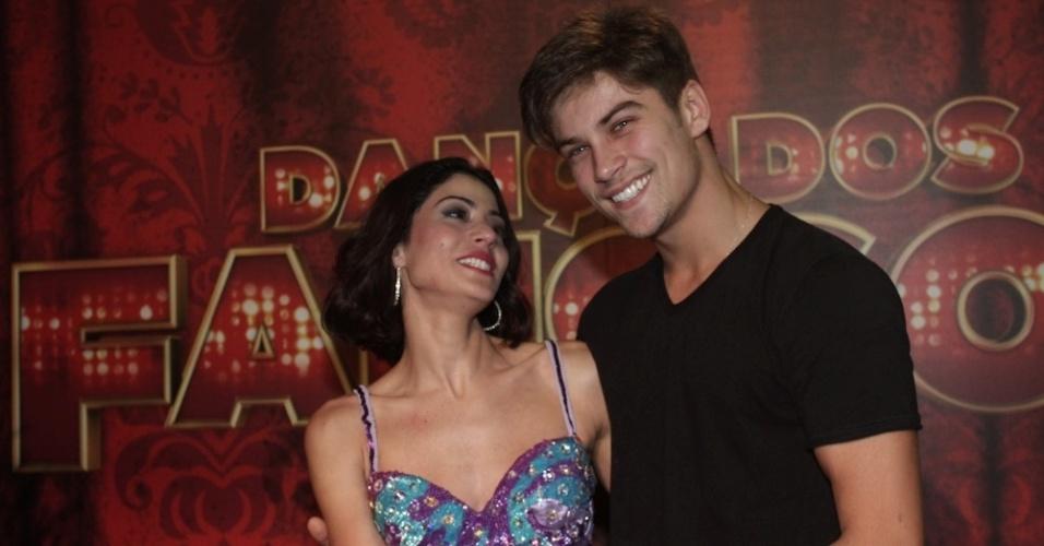 15.set.2013 - Carol Castro recebe os parabéns do namorado, Raphael Sander nos estúdios da Globo