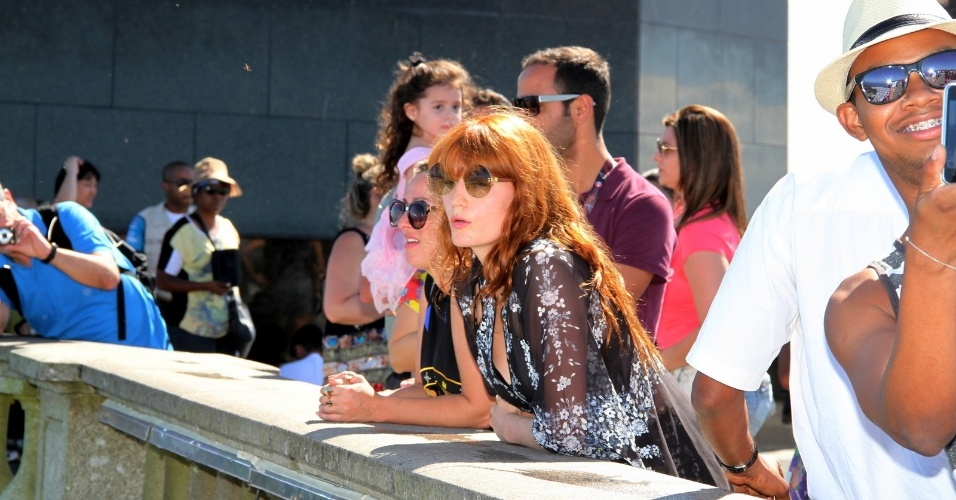 15.set.2013 - De vestido longo, Florence Welch, do Florence and the Machine, visita o Cristo Redentor