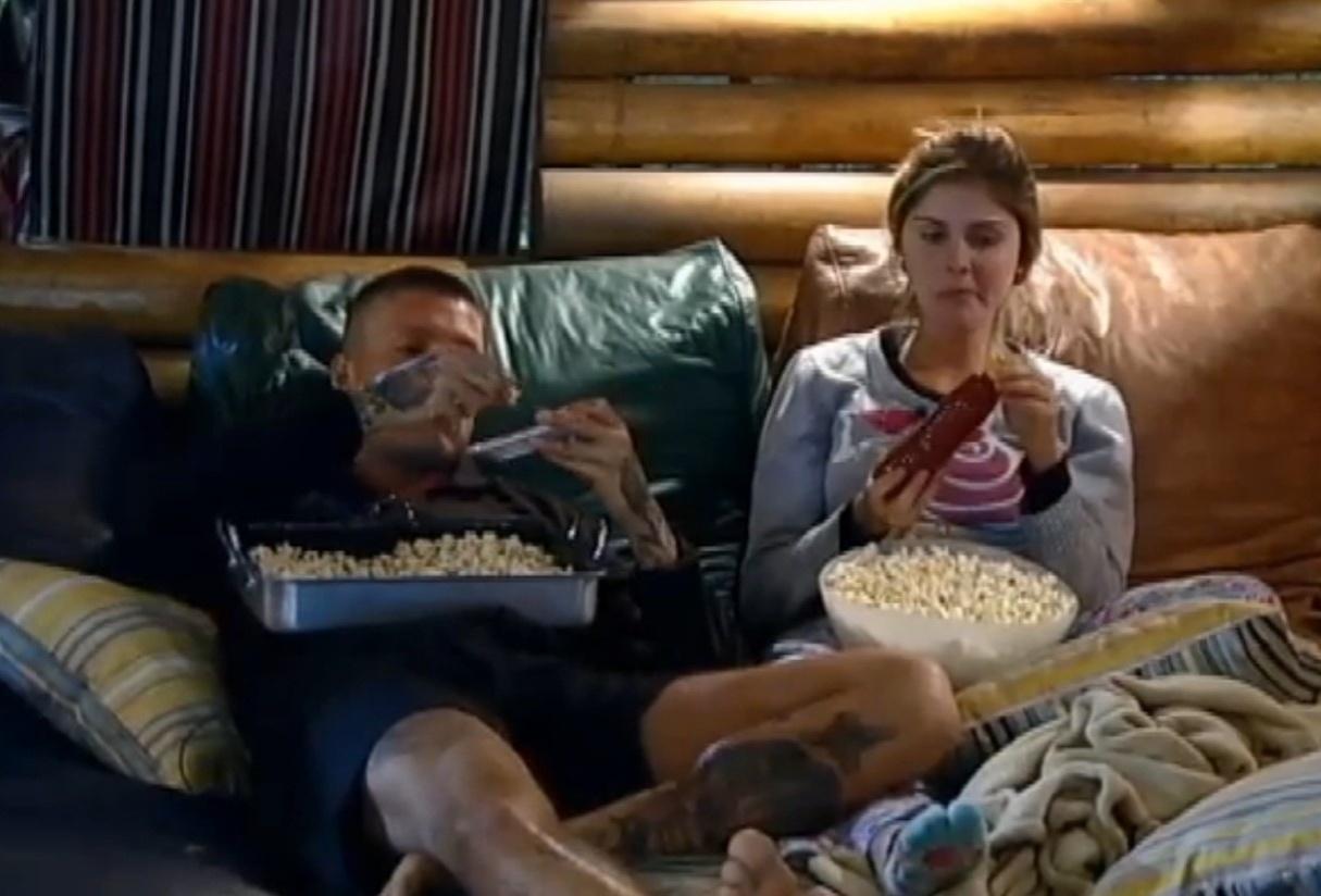 15.set.2013 - Depois da roça, Mateus e Bárbara comeram pipoca e voltaram a falar de votação