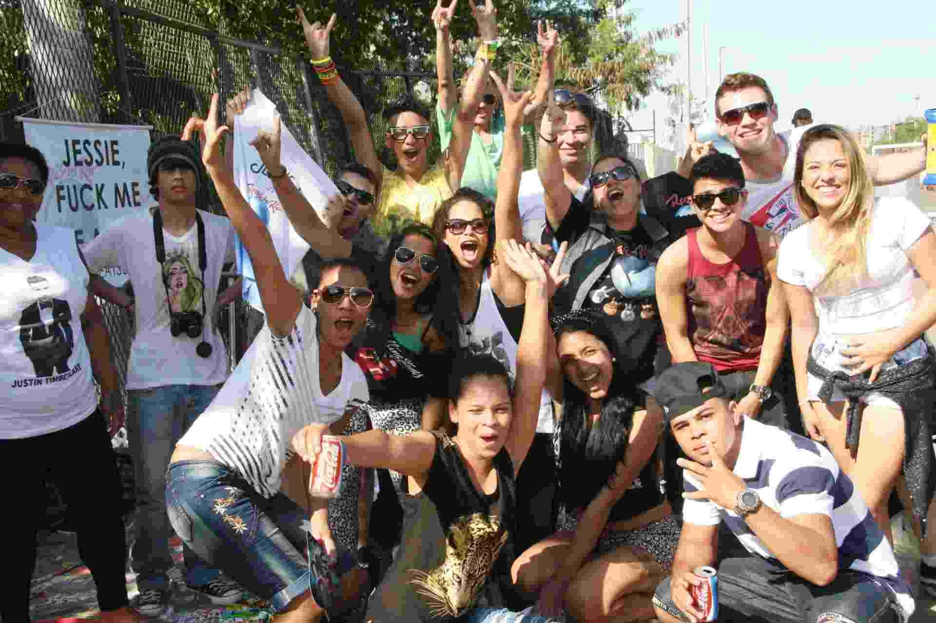 15.set.2013 - Fãs da cantora Jessie J posam animados antes da abertura dos portões no terceiro dia do Rock in Rio - Zulmair Rocha/UOL