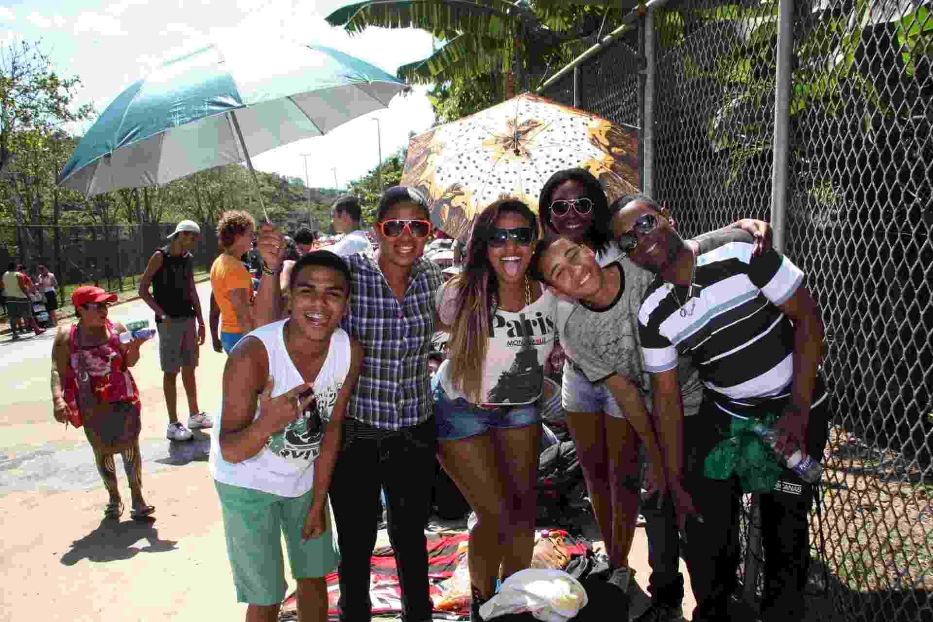 15.set.2013 - Fãs se protegem do sol na fila para o terceiro dia do festival - Zulmair Rocha/UOL