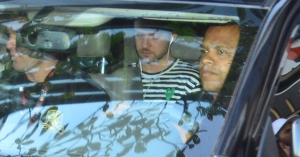 15.set.2013 - Justin Timberlake sai totalmente escoltado do hotel Fasano, em Ipanema. Cantor se apresenta neste domingo no Rock in Rio