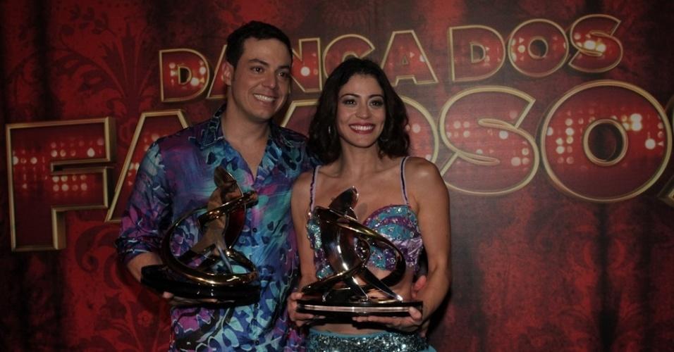 15.set.2013 -  Leandro Azevedo e Carol Castro exibem os troféus fa Dança dos Famosos