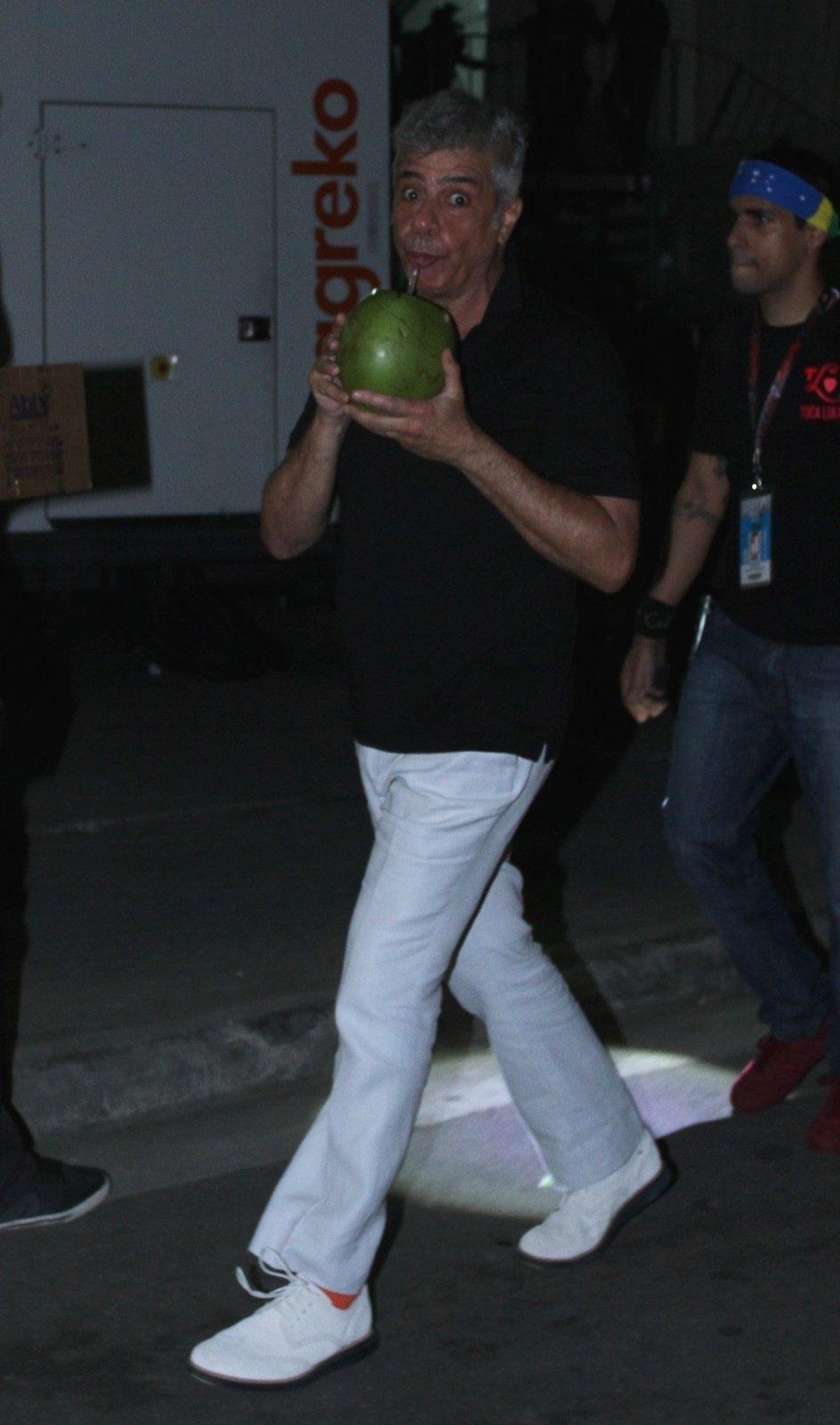 15.set.2013 - Lulu Santos se hidrata com água de coco depois de fazer participação especial no show do Jota Quest