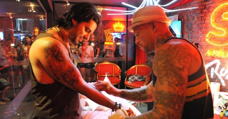 """15.set.2013- Na Cidade do Rock, Marco Túlio, guitarrista do Jota Quest, fez uma caveira no antebraço direito com o tatuador Ami James, do """"NY Ink"""", reality show exibido no Brasil pelo canal de TV paga TLC"""