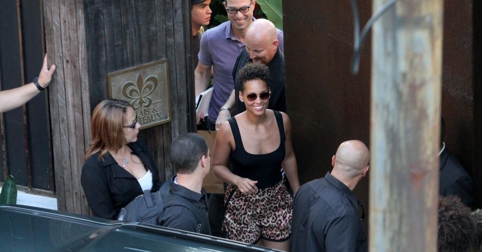 15.set.2013 - Simpática, Alicia Keys atendeu fãs e mandou beijos ao deixar o hotel em Santa Teresa para a Cidade do Rock. A cantora se apresente neste domingo no Palco Mundo