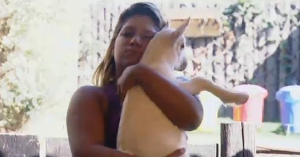15.set.2013 - Yani de Simone abraça cabrito na manhã deste domingo