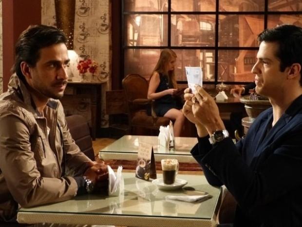 """Em """"Amor à Vida"""", Félix consegue provas contra o pai e planeja vingança"""
